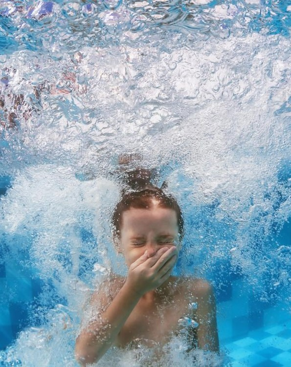 kid-in-swimming-pool